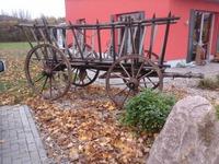 Bild:SBV-DL. - Ein alter Leiterwagen vor dem Hofladen