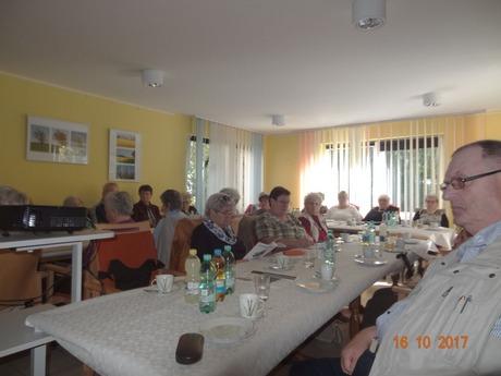 Bild: Mitglieder in der Begegnungsstätte verfolgen aufmerksam dem Bericht des Vorstandes