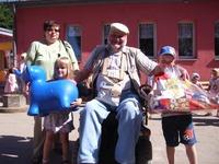 Marie und Leon nehmen die Geschenke von Frau Lips und Herrn Braun entgegen