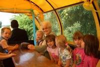 Frau Drögmund Mitglied des Stargarder Behindertenverbandes e.V. freut sich mit den Kindern auf die Kutschfahrt