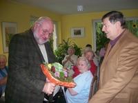 Bild:SBV/KK Herr Helmut Bartz, der ehemalige Vorstand der NEUWOBA (rechts im Bild), ließ es sich nicht nehmen und überreichte unserem Vereinsvorsitzenden, Herrn Braun, einen Geburtstagstrauß.