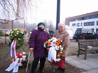 Foto: PB/SBV Frau Christel Kaser und Frau Herta Voigt legen für den Landesverband einen Kranz am Mahnmal nieder
