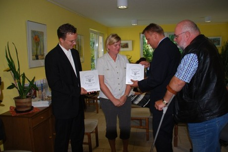 Bild:SBV/DLips: Plakettenübergabe in der Begegnungsstätte des Verbandes ( von links Herr Lorenz, Frau Woywod, Herr Gansewig, Herr Braun )