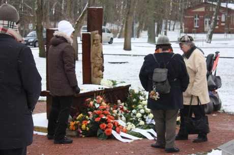 Bild:SBV/RS Mitglieder des SBV legen am Mahnmal Blumen nieder